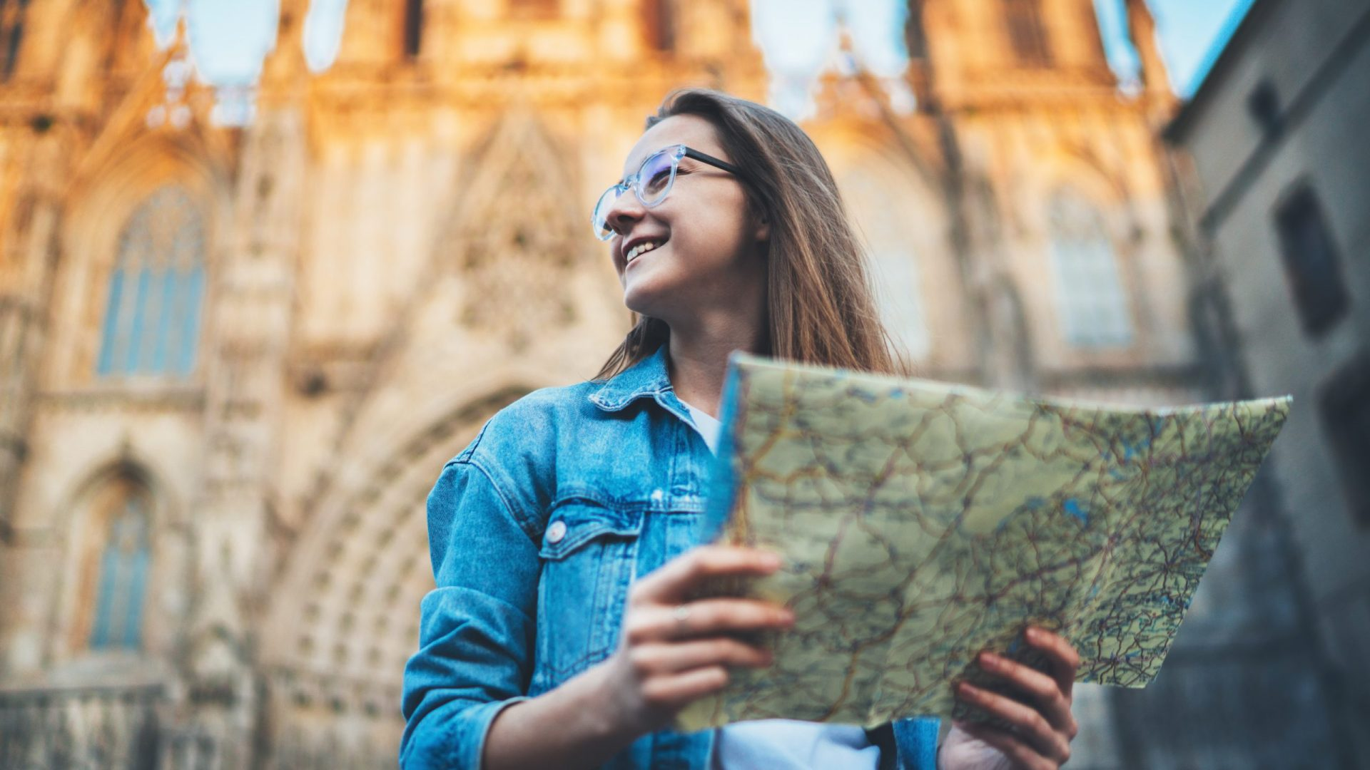 Happy,Smiling,Young,Woman,Exploring,Historical,Landmarks,Of,Barcelona,,Happy